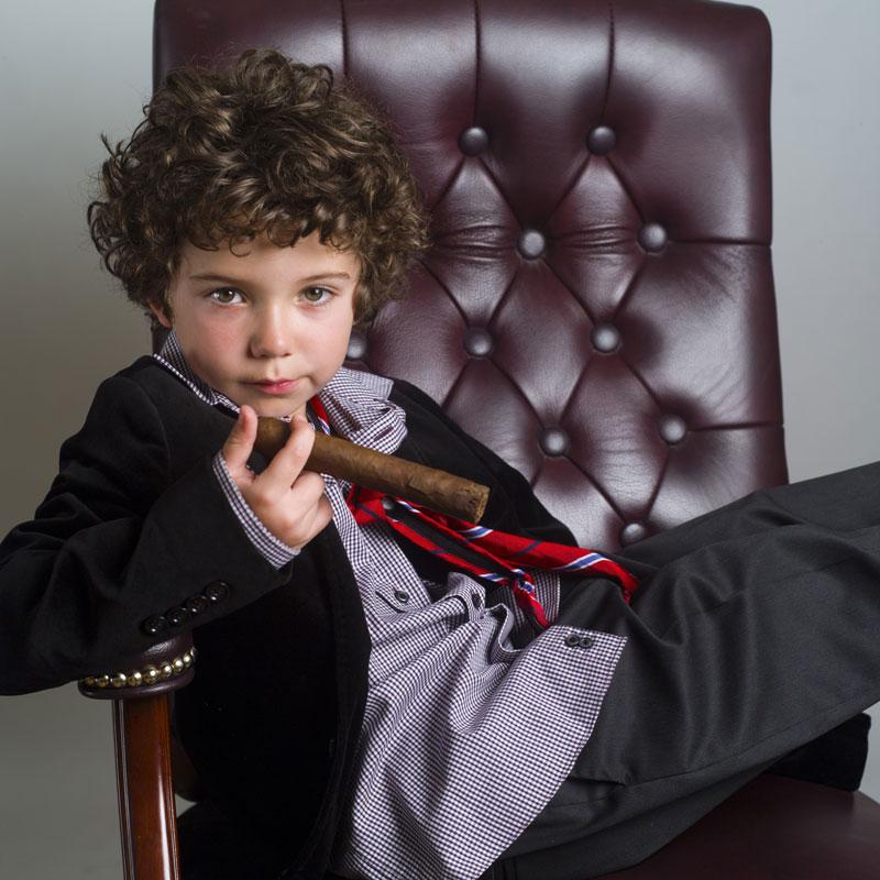 スーツ姿 葉巻を吸う子どもイメージ