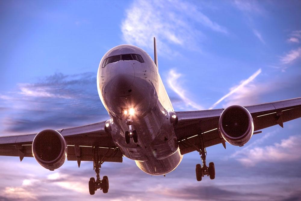 夕方の飛行機イメージ