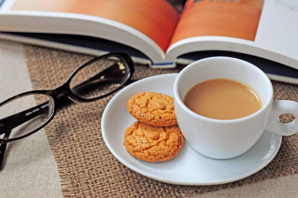 ミルクティーと茶菓子、読書イメージ