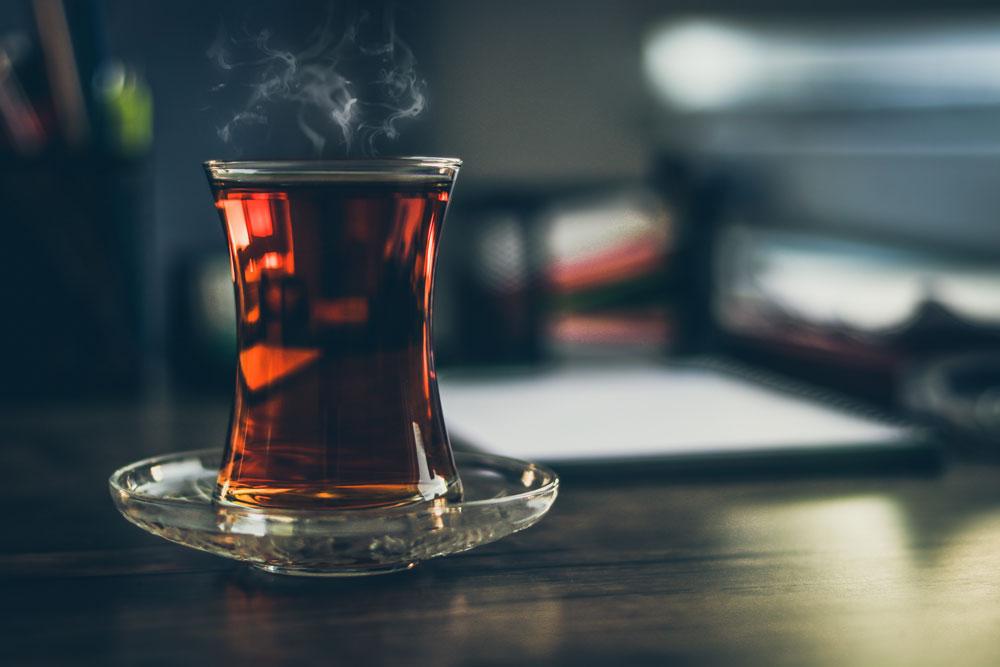 紅茶ポットとストレートティーイメージ