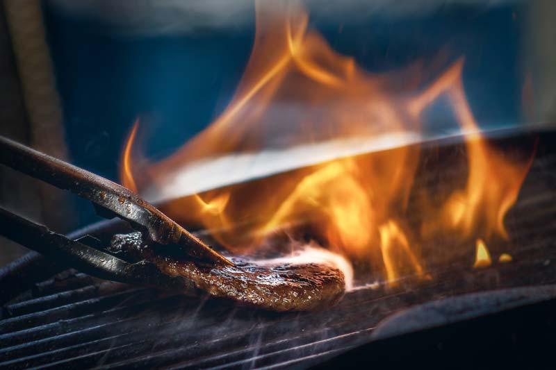 直火で焼き上げるハンバーガーパティ
